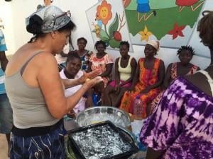 PI ensina as mulheres da regiäo e mäes das criancas do projeto ACD